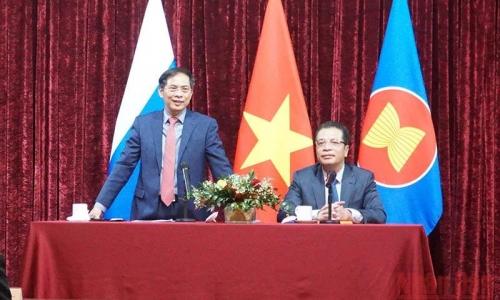 Bộ trưởng Ngoại giao Bùi Thanh Sơn thăm Đại sứ quán Việt Nam tại Nga
